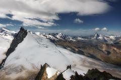 Gipfelglück auf über 4000m (potosi6088m) Tags: berge landschaft gipfel mountains gipfelgrat oben gletscher gletschertour bergtour wanderung bergwanderung schweiz wallis ferien reisen natur landscape wolken clouds trekking gipfelglück 4000m alpen alps aufstieg glaciertour ausblick matterhorn potosi6088m