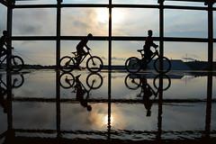 Dia das crianças (Claudia Mendes2015) Tags: crianças reflexo reflexos silhueta silhoueta pordosol pôrdosol bicicleta céu