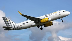 EC-LZE (AnDyMHoLdEn) Tags: vueling a320 egcc airport manchester manchesterairport 23l