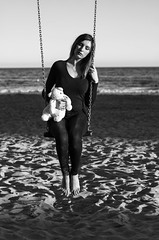 Amigos para siempre (Mishifuelgato) Tags: infancia amistad nikon d90 50mm 18 alicante sea mar friends amigos sand arena beach playa nikonphotography portraiture portraitphotography blackandwhite blancoynegro woman mujer doll peluche photooftheday pickoftheday pick