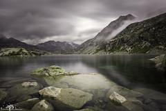 Estany Tort con nieblas. (Fotografias Unai Larraya) Tags: paisajes lospirineos aigüestortes lagos estanytort lerida cataluña largaexposición nieblas nublado montaña