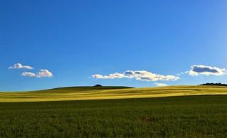 Cielo azul con pocas nubes.