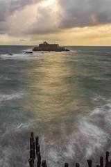 Un zeste de vague, une once de lumière, 2 pincées de compo (photosenvrac) Tags: ciel citadelle nuage ocean poselongue saintmalo tempete vague