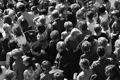 Gentío (theelectricgirl) Tags: procesión pueblo valledeltiétar elarenal ávila village gente tradición fiesta blancoynegro monocromatico gredos carretera personas