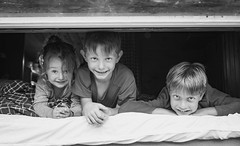 Friendship. (icarium82) Tags: portrait bw smile child monochrome canoneos6d canonef50mmf14usm bnwblackandwhiteblackwhitewhiteandblackwnbschwarzweis face lächelnlaughter friends family kids people window