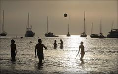 Juegos de playa al atardecer. Cala Saona, Formentera (Jesús Gabán) Tags: formentera calasaona jesusgaban baleares mar sea playa beach