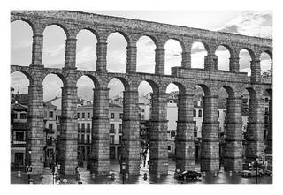 ACUEDUCTO DE SEGOVIA. es un acueducto romano situado en la ciudad española de Segovia. Su construcción data de principios del siglo II d. C., a finales del reinado del emperador Trajano o principios del de Adriano