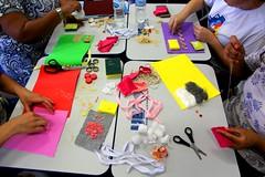 Tátil (veriparize) Tags: canont5 veridianeparize fotojornalismo cores colorido papel tesoura eva amarelo pink vermelho verde roxo mãos