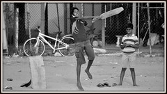 Partie de Crocket sur la plage de Negombo (Sri lanka) (scoubidou13) Tags: negombo plage beach enfant children cricket ceylan srilanka srilankan asie asia bw blackandwhite noiretblanc monochrome