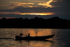 Atardecer en las Anavilhanas (ramosblancor) Tags: naturaleza nature paisajes landscape atardecer sunset color nubes clouds río river humans humanos lancha boat lanchero boatman ríonegro anavilhanas amazonía amazonia brasil brazil