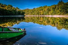 Peacefull lake (Thos A.) Tags: lac water forest boat automne light color mirror reflection lake eau forêt arbres trees miroir autumn bourgogne burgundy longexposure nd nièvre morvan samyang canon eos eos80d
