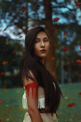 Pocahontas (TheJennire) Tags: photography fotografia foto photo canon camera camara colours colores cores light luz young tumblr indie teen people portrait 50mm 2017 pocahontas film movie cinema disney cosplay colorsofthewind disneycosplay pocahontascosplay leaves nature longhair tattoo