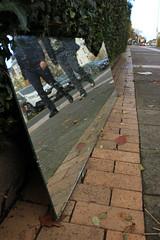 Zerbrochener Spiegel (03) (Rüdiger Stehn) Tags: kielblücherplatz 2000s mitteleuropa norddeutschland europa deutschland schleswigholstein canoneos550d bauwerk gebäude kiel 2000er 2017 stadt germany strase rüdigerstehn menschen leute bürgersteig spiegel