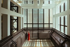 Fire Extinguisher (toletoletole (www.levold.de/photosphere)) Tags: fujixpro2 paris museum xf18mmf2 museed'orsay architektur architecture aufzug fireextinguisher lift feuerlöscher