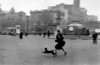 Fotos de Robert Capa (fotografiaunifg) Tags: barcelona barcelone bombardement bombardment chien courir dog extérieur exterior femme25à45ans flou groupeparamilitaire guerredespagne outoffocus paramilitarygroup place running spanishcivilwar squaretownvillage typehumainblanc whitepeople woman25to45years