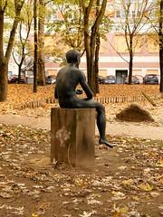 um 1976/79 Berlin-O. Paris mit Erisapfel von Wilfried Fitzenreiter Bronze Hof Niederwallstraße 11 in 10117 Mitte (Bergfels) Tags: skulpturenführer bergfels um 197679 1976 1970er 20jh ddr berlin ostberlin berlino paris urteildesparis wahldesparis bursche knabe junge jüngling akt männlich sitzender erisapfel zankapfel klassik wilfriedfitzenreiter wfitzenreiter fitzenreiter bronze kronenstrase niederwallstrase 10117 mitte skulptur plastik beschriftet doppel doublette