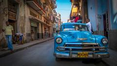 Realidad (Renate Bomm) Tags: coche blue renatebomm lumixfz200 7dwf citiyscapes landscapes cuba kuba havanna oldie street