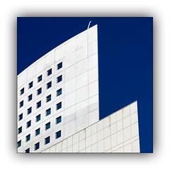 Série La Défense: n° 14 (jldum) Tags: architecture art artist artiste artistic architect architecte building abstract abstrait sony ilca99m2 gratteciel bâtiment ciel ville ladéfense paris bleu blue sky