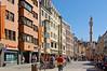 Innsbruck - Altstadt (09) - Maria-Theresien-Strasse (Pixelteufel) Tags: innsbruck tirol tyrol österreich austria tourismus architektur fassade gebäude altstadt innenstadt city stadtmitte stadtkern historisch restauriert erneuert geschäft geschäftshaus laden einkaufen shop shopping erker fusgängerzone