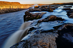 at the edge (ursmeyer6223) Tags: wasserfaelle selfoss edge cliff iceland wa waterfall last light northern