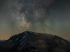 Milchstraße überm Setzberg (F!o) Tags: wallberg setzberg milchstrase milkyway sterne sternenhimmel samyang 135mm panorama night nightscape sony alpha a7ii gipfel summit berge mountains wallbergkapelle tegernsee gmund badwiessee ngc 135mmf2