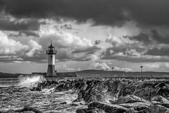 Raue See am Hafen (CPbild) Tags: rügen meer natur leuchtturm lighthouse nikon d750 cpbild christoph plünnecke pluennecke seaside hafen port schwarzweiss blackandwhite bnw baw monochrome sassnitz cloudsstormssunsetssunrises