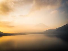 Through the Golden Fog (Yuga Kurita) Tags: fuji fujisan fujiyama mount mt japan landscape nature lake motosu five lakes fujigoko yamanashi minobu 1000 yen note 千円札 本栖湖 富士山 gold golden 金 fog foggy yellow
