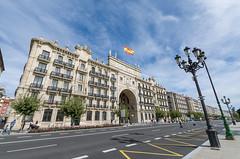 Edificio Banco de Santander (Juan Ig. Llana) Tags: santander cantabria españa es edificiobancodesantander calle farolas bandera carretera edificio cielo arquitectura