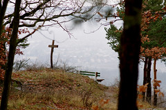 Zöbing (Harald Reichmann) Tags: niederösterreich kamptal zöbing heiligenstein herbst landschaft aussicht kreuz zeichen symbol bank nebel