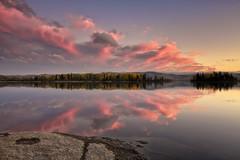 Fin du jour sur le Lac Kénogami (gaudreaultnormand) Tags: automne canada couleur foret jaune lac lackénogami orage quebec rouge saguenay vert coucherdesoleil bois paysage ciel eau montagne pierre calme