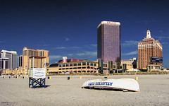 Atlantic City (New Jersey) (Andrea Moscato) Tags: andreamoscato america usa unitedstates us boat shore seashore beach spiaggia sand sabbia sky skyscraper cielo city città building hotel casino edificio resort light shadow luce day blue white view vivid