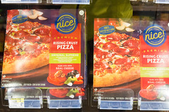 Fertigpizza Rising Crust Pizza im Supermarkt (marcoverch) Tags: marathonmesse messe 2017 chicagomarathon worldmajormarathons chicago running sport marathon 40thchicagomarathon windycity laufen illinois usa us fertigpizza risingcrustpizza supermarkt food lebensmittel stock meat fleisch business geschäft shop market markt restaurant noperson keineperson vertical vertikal indoors drinnen merchandise waren supermarket pizza shopping einkaufen drink getränk meal mahlzeit sale verkauf display anzeigen commerce handel refreshment erfrischung la macromondays hair catwa newyork nikkor photoshop animals bicycle berlin