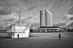 Sturm (funk_explosion) Tags: warnemünde mecklenburgvorpommern sw sturmtief xavier strand hotelneptun bw fujix100