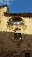 Luces y sombras (Jorge Pazos) Tags: light luz sombra shadow turismo textura azul y amarillo casa house ventana window jorge pazos pals catalunya
