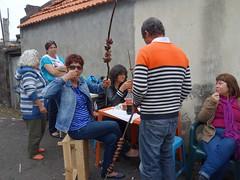 Combat de brochettes (Iris@photos) Tags: madère portugal personnage barbecue brochette boeuf laurier viande