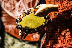 Foto Thais Gobbo (thais_gobbo) Tags: cultura popular brasil pandeiro vermelho rojo musica bokeh desfoque manos mãos hombre homem detalhe