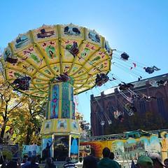 """Das Kettenkarussell. Auf jedem Jahrmarkt (auch Volksfest genannt oder Rummel) steht ein Kettenkarussell. Seid Ihr schonmal mitgefahren? • <a style=""""font-size:0.8em;"""" href=""""http://www.flickr.com/photos/42554185@N00/37769493576/"""" target=""""_blank"""">View on Flickr</a>"""