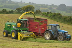 John Deere 7700 SPFH Filling a Ruscon Trailer drawn by a New Holland 8360 Tractor (Shane Casey CK25) Tags: john deere 7700 spfh filling ruscon trailer drawn new holland 8360 tractor self propelled forage harvester jd green reenascreena county cork ireland irish contractor silage silage17 silage2017 2017 17 grass grass2017 grass17 farm farmer farming agri agriculture land field work working machine machinery nikon d7100 horse horsepower power hp pull pulling crop winter fodder feed winterfodder tracteur traktori traktor trekker trator nh blue cnh newholland