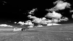 Sibillini - Prati di Ragnolo (Luigi Alesi) Tags: italia italy marche macerata bolognola acquacanina prati di ragnolo paesaggio landscape scenery parco nazionale dei monti sibillini national park bianco e nero black white bn bw cielo sky nuvole clouds baita del fondo nikon d7100 raw tokina 1228