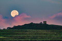 Moonset over Billinge Hill (ianbonnell) Tags: billinge billingehill sthelens wigan moon fullmoon landscape