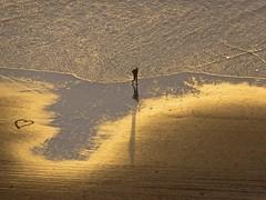 a heart on the sand... (mar-itz) Tags: waves water sand silhouette arena playa golden dorada atardecer sunset lajolla california man nature hombre sombra reflejo silueta reflexion heart corazon dibujo drawing