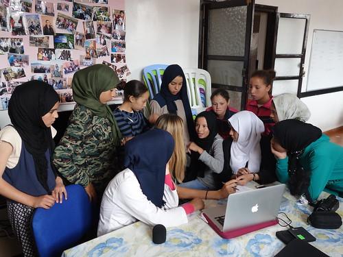 Les filles visionnent un reportage d'une classe française 2