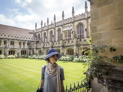 Mariëlle, Oxford 2017: Learned lady (mdiepraam (25m)) Tags: oxford 2017 magdalencollege marielle england britain portrait pretty gorgeous attractive mature fiftysomething brunette woman lady milf elegant classy hat necklace garden court sky clouds