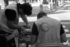 Working on it (Carandoom) Tags: black white noir et blanc toulouse 2017 personne people working workers
