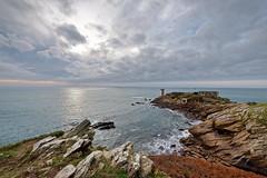 Pointe de Kermorvan - Le Conquet (Elisabeth Lys) Tags: bretagne phare lighthouse sunset nikon d7200 sigma 1020mmf35 mer kermorvan finistère leconquet nuages nature landscape