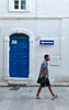 SENSO UNICO (Michele Fini) Tags: via strada segnale stradale porone azzurro senso unico passante camminare monopoli puglia italia