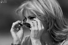 Une passante inconnue (Laurent Quérité) Tags: blackwhite portrait femme girl people france alpesmaritimes villefranchesurmer noiretblanc canonef100400mmf4556lisusm canoneos7d canonfrance monochrome