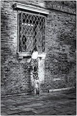 Premières émotions... (bertranddorel) Tags: venise enfants children jeuxdenfants noiretblanc street venice streetphoto blackandwhite bw place jeu italie italia human fenêtre window town nikon tamron europe bnw
