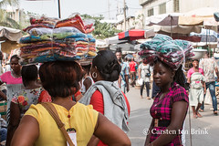 In the market (10b travelling / Carsten ten Brink) Tags: 10btravelling 2017 africa african afrika afrique assiganmé carstentenbrink genericplaces grandmarché grandmarket gulfofguinea iptcbasic lome lomé otherkeywords places republic républiquetogolaise togo togolais togolaise togoland togolese westafrica africaine carrying cathédrale cloth clothes ladies marché market pagne tenbrink textiles wax woman women working icarry carry porter tragen portage