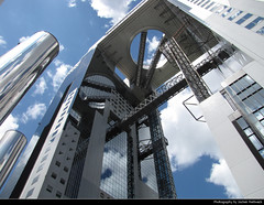 Umeda Sky Building, Osaka, Japan (JH_1982) Tags: umeda sky building 梅田スカイビル sukai biru 梅田藍天大廈 우메다 스카이 빌딩 умэда сукай биру looking up vertigo highrise skyscraper landmark architecture architektur hole loch steel columns vertical glass osaka ōsaka ōsakashi 大阪市 오사카 시 осака japan nippon 日本 日本国 japón japon giappone japão 일본 япония